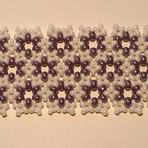 Fehér - Lila kisvirágos karkötő