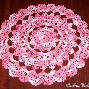 Rózsaszín színátmenetes horgolt terítő