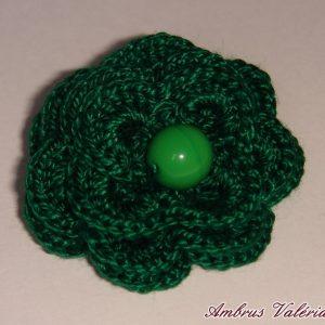 Sötétzöld horgolt virág bross