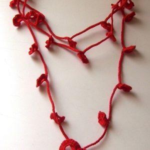 Piros horgolt virágos nyaklánc