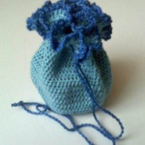 Kék horgolt szütyő